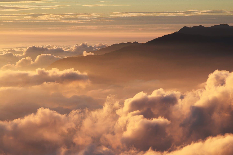 Kostenloses Stock Foto zu berg, dämmerung, himmel, meer von wolken