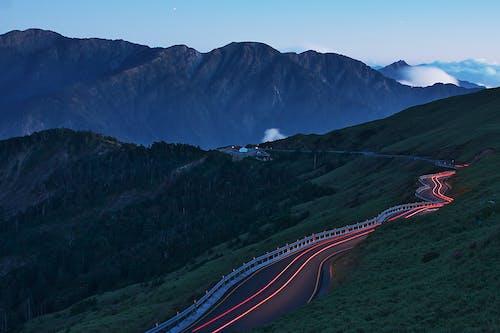 Δωρεάν στοκ φωτογραφιών με βουνό, γραφικός, δρόμος, ελαφρές ραβδώσεις