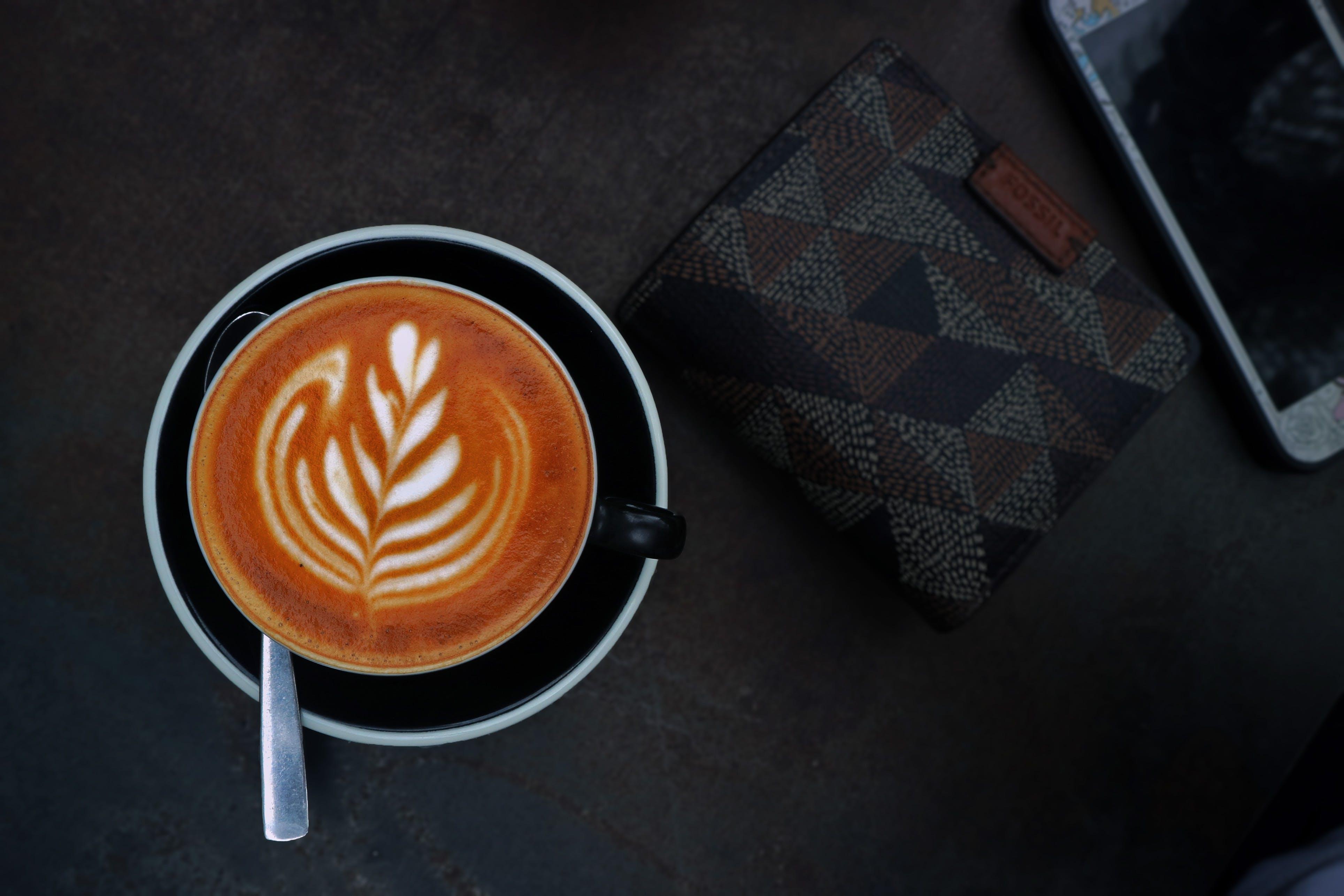 Kostenloses Stock Foto zu becher, brieftasche, cappuccino, dunkel
