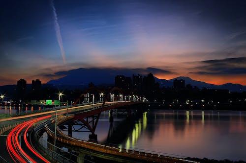 Gratis arkivbilde med arkitektur, bro, by, daggry