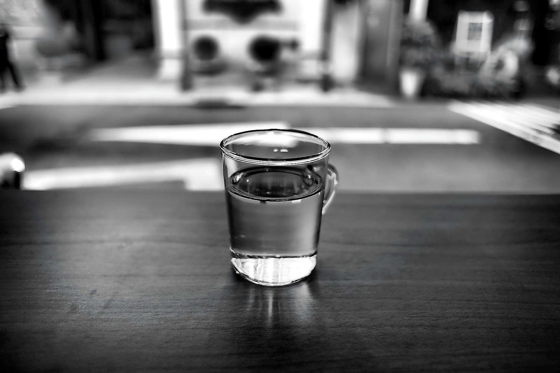 Бесплатное стоковое фото с вода, максросъемка, пить, стакан