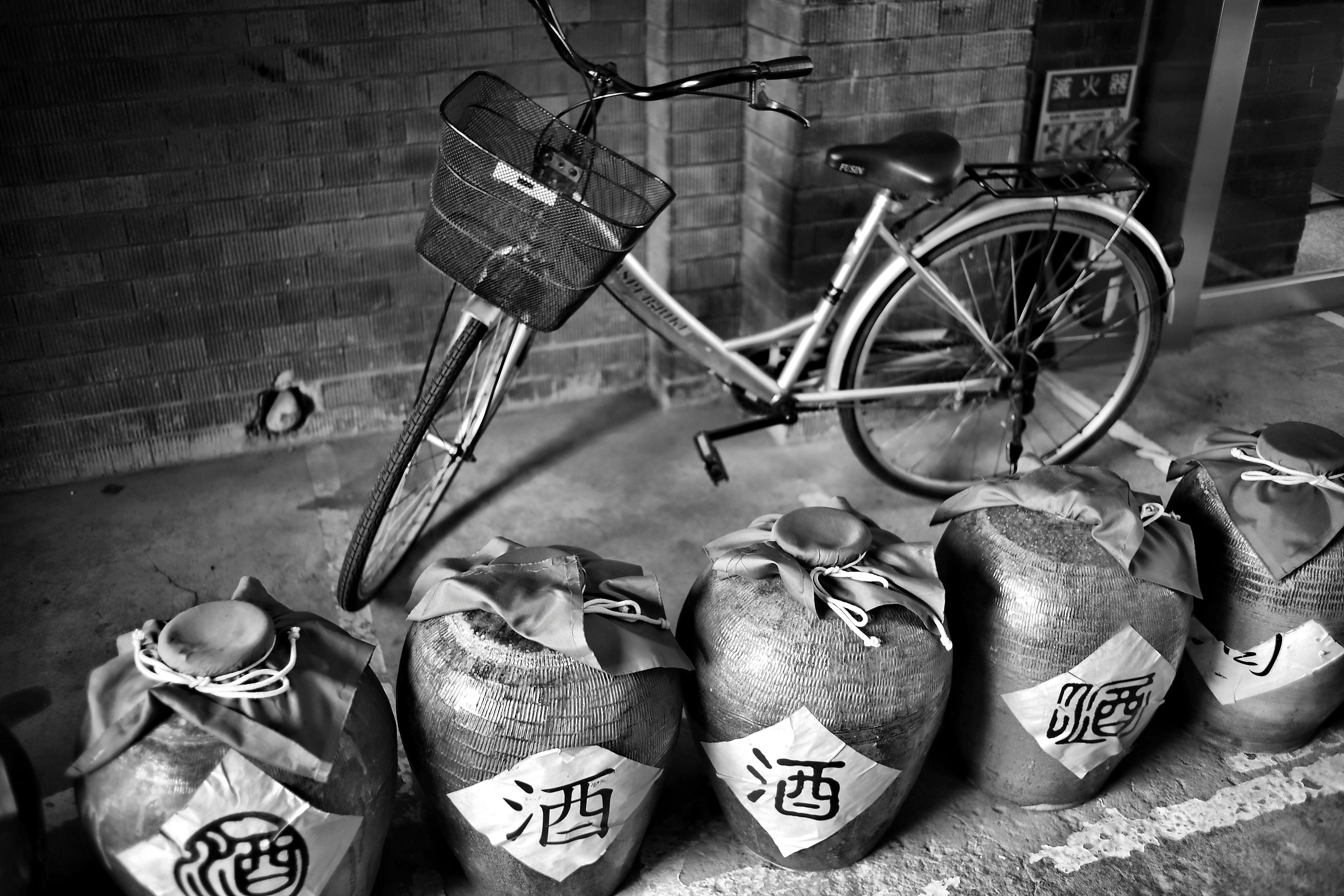 Kostnadsfri bild av burkar, cykel, fordon, svartvitt