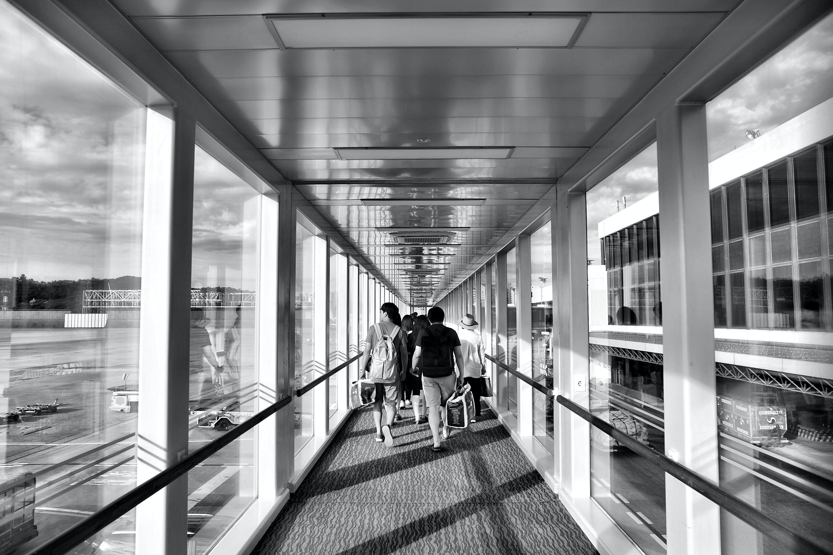 Gratis arkivbilde med arkitektur, flyplass, glass, mennesker
