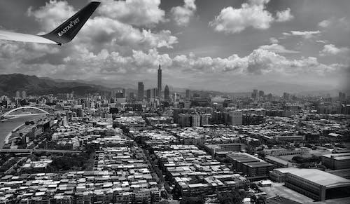 Ảnh lưu trữ miễn phí về các tòa nhà, cánh máy bay, đen và trắng, những đám mây
