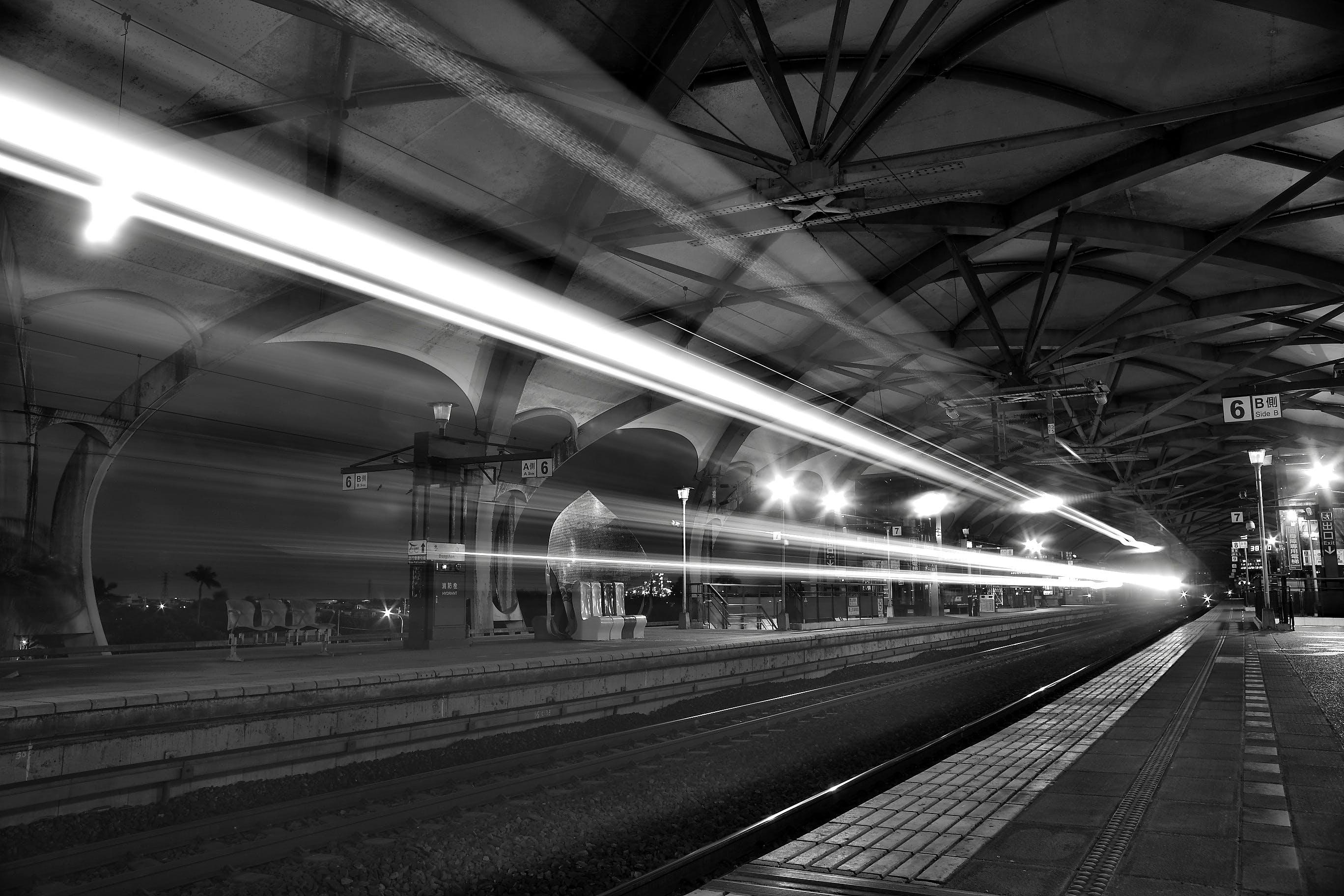 Gratis lagerfoto af jernbane, lys, lysstriber, perspektiv