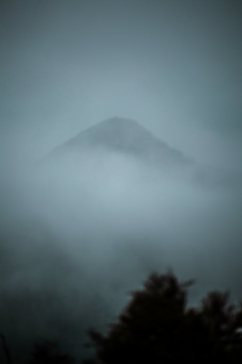 Kostenloses Stock Foto zu berg, dunstig, nebel, nebligen berg