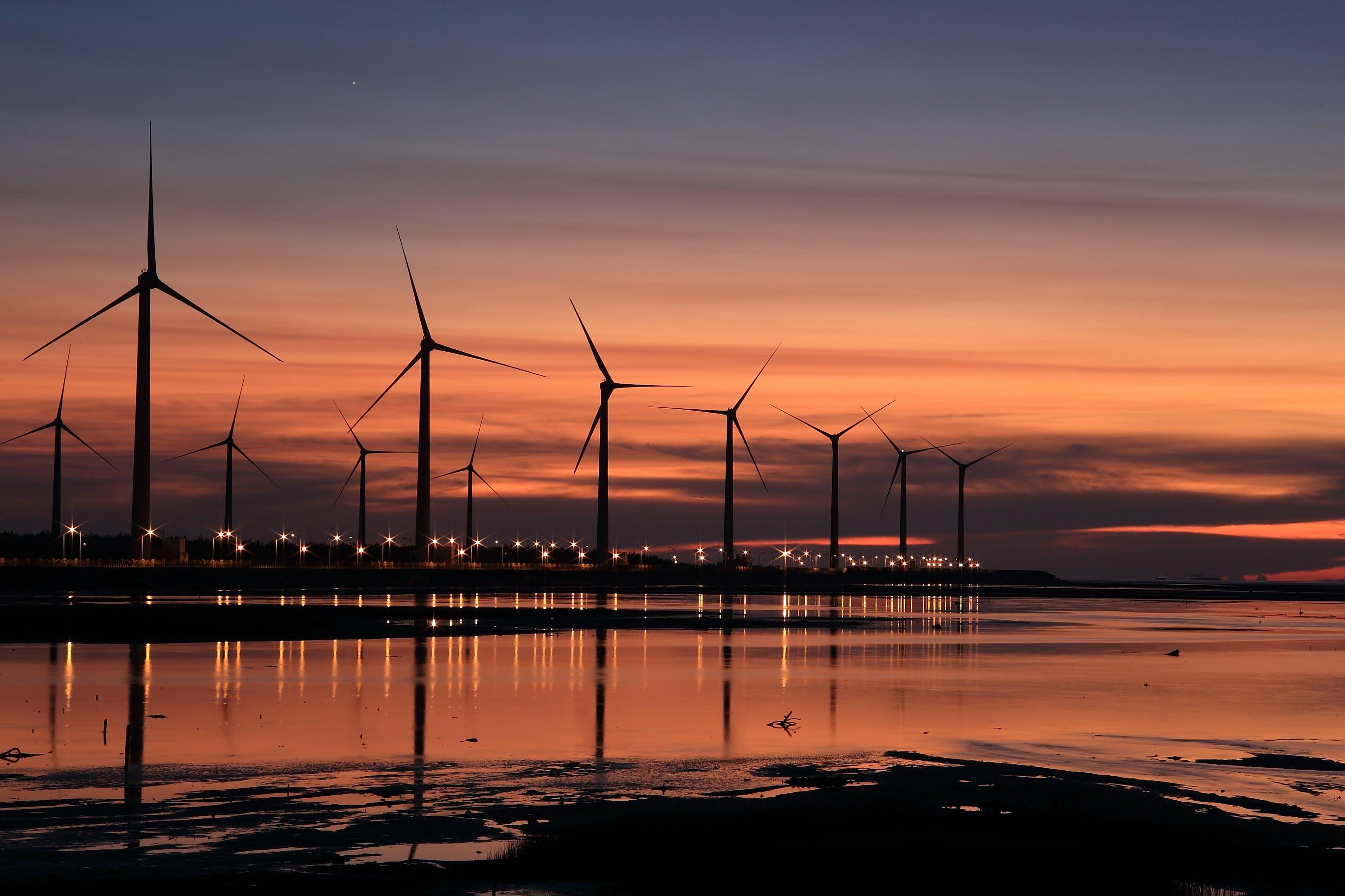Безкоштовне стокове фото на тему «вітрогенератори, вітряки, вода, Захід сонця»
