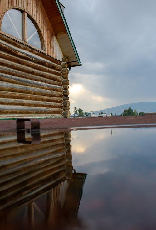 Kostenloses Stock Foto zu hausreflexion, reflektierung, wasser
