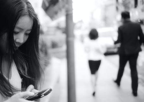 คลังภาพถ่ายฟรี ของ ขาวดำ, ถนน, ผู้คน, ผู้หญิง