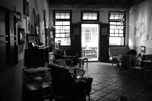 Darmowe zdjęcie z galerii z czarno-biały, krzesła, meble, okna