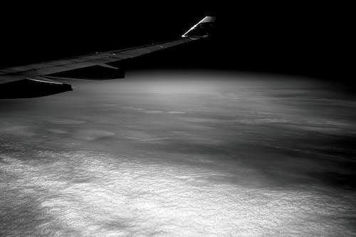 Imagine de stoc gratuită din alb-negru, aripă de avion, călătorie, închis la culoare