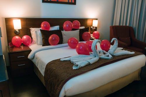 Foto d'estoc gratuïta de habitació, hotel, llit, llums