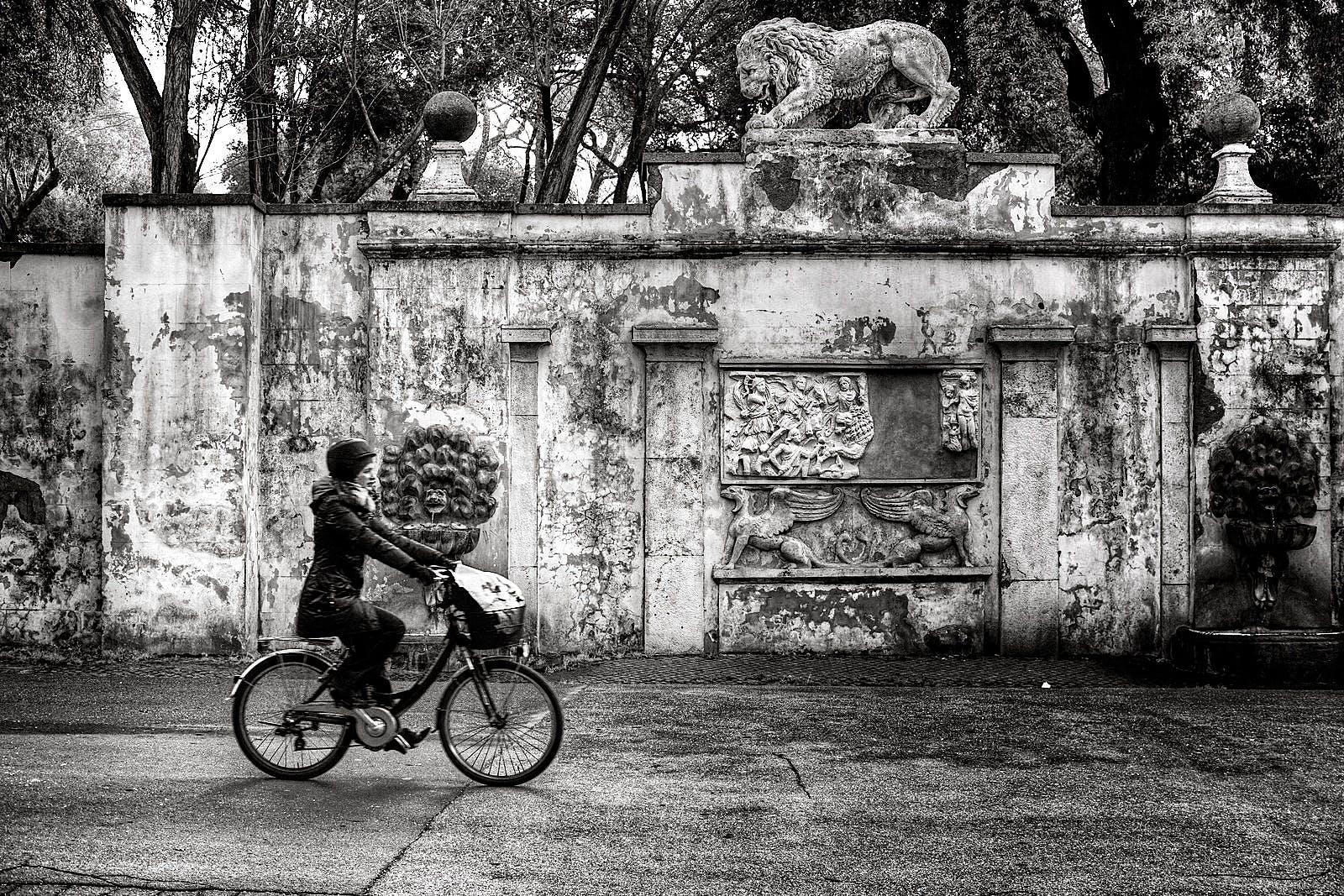 bisiklet, bisiklet sürmek, Kadın, siyah ve beyaz içeren Ücretsiz stok fotoğraf