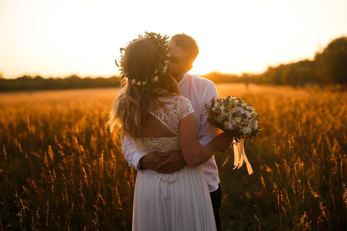 Kostenloses Stock Foto zu acker, blumensträuße, braut und bräutigam