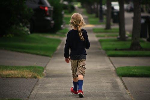 Imagine de stoc gratuită din băiat de mers pe jos trotuar strada