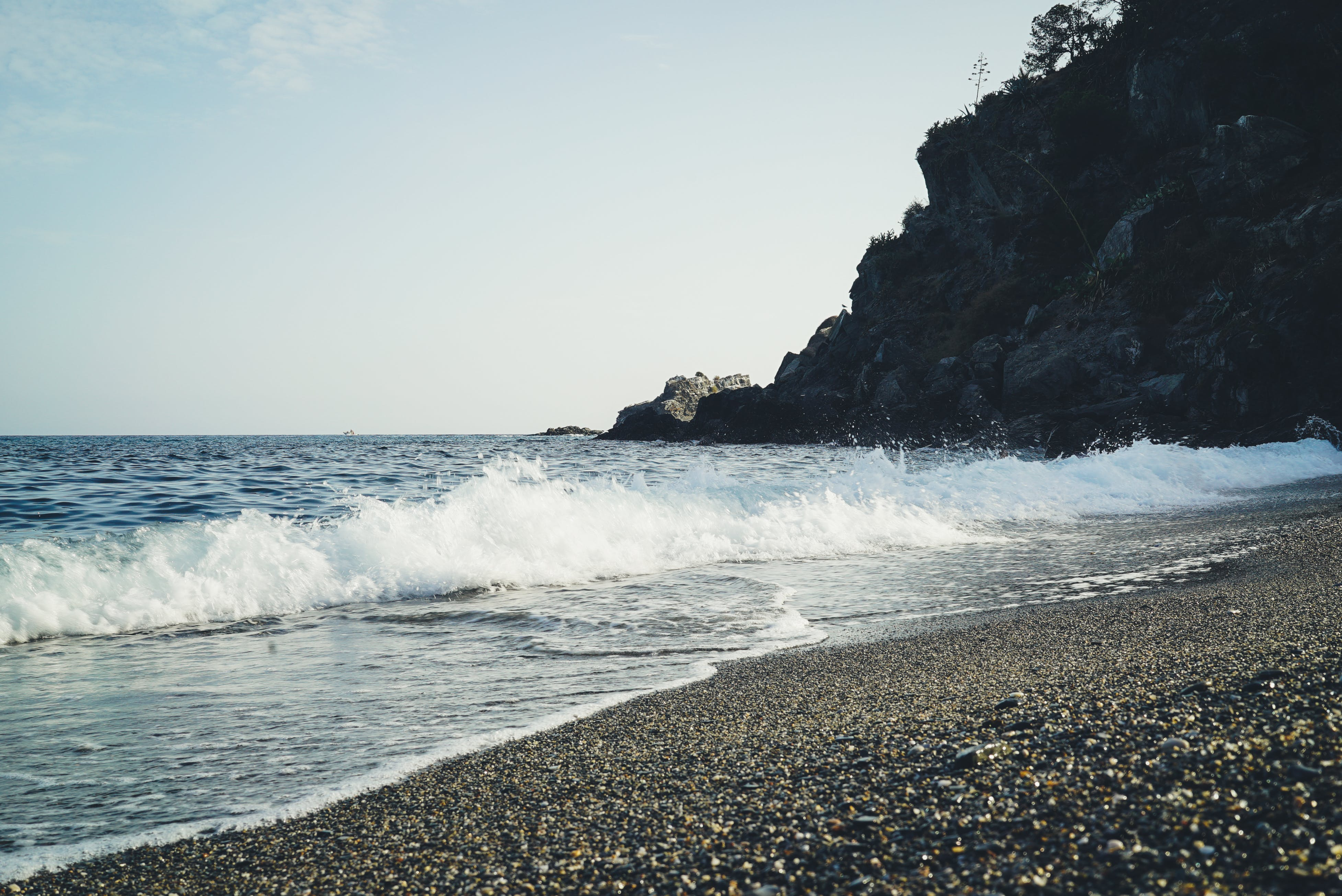 Бесплатное стоковое фото с вода, волны, гора, дневной свет