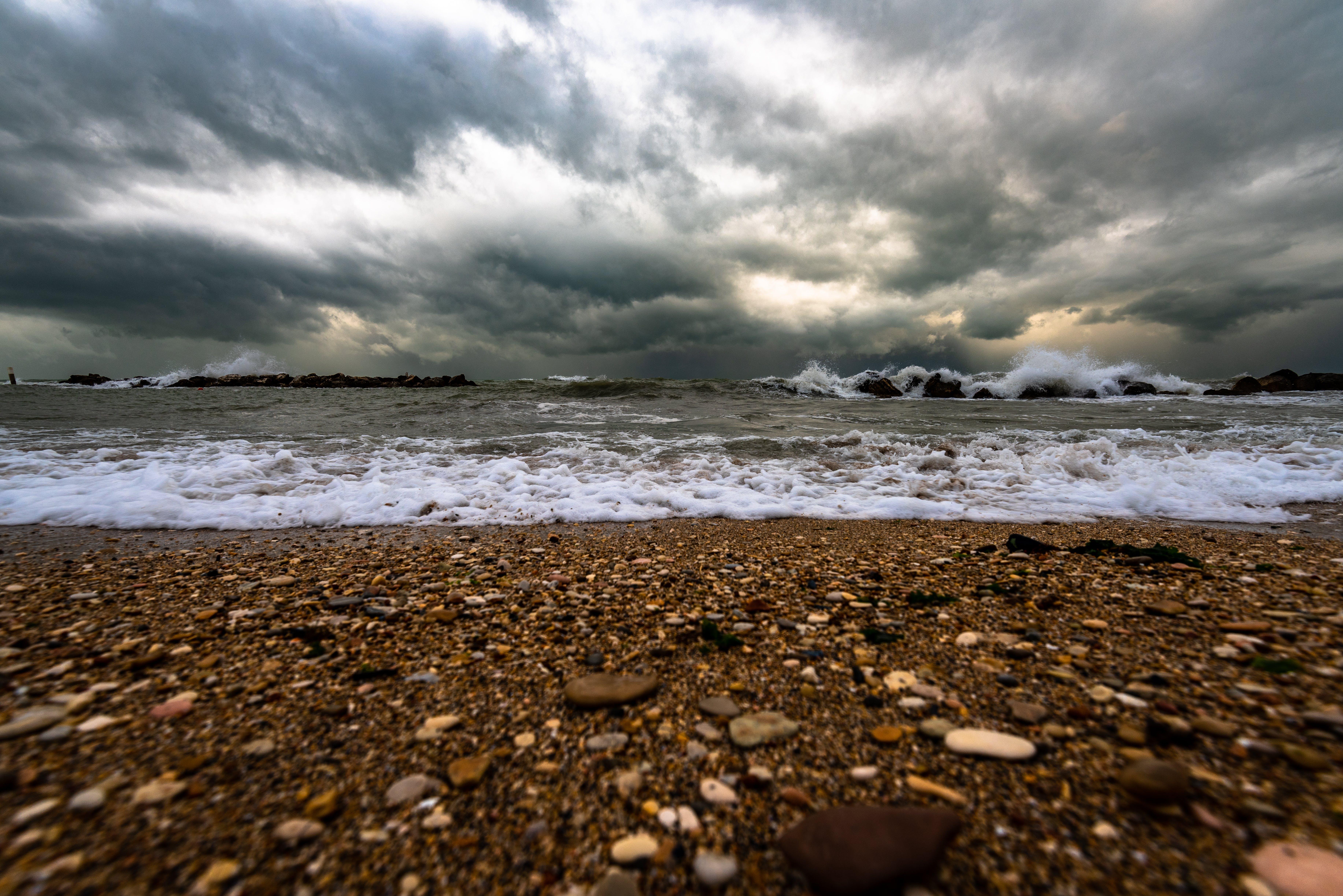 bulutlar, çakıl Taşları, dalgalar, deniz içeren Ücretsiz stok fotoğraf