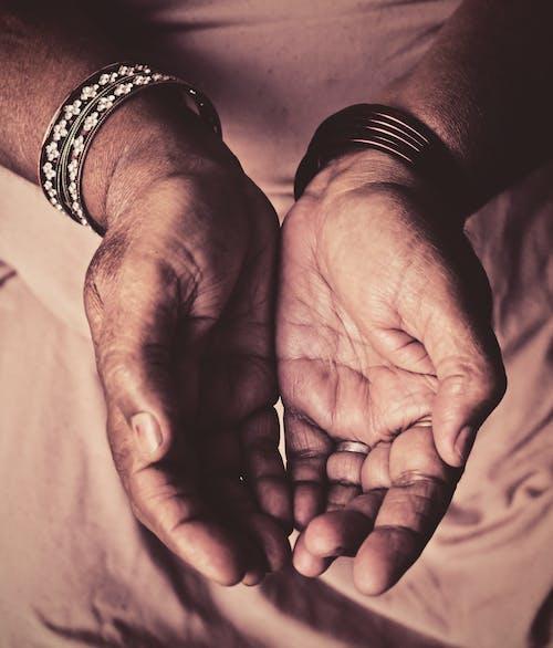 Kostenloses Stock Foto zu armreifen, hände, indien, kontrast