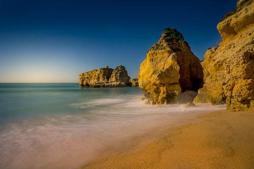 Foto d'estoc gratuïta de a la vora de l'oceà, aigua, alba, cel