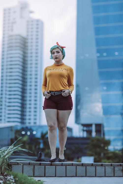 Gratis lagerfoto af asiatisk kvinde, by, bygninger, dagslys
