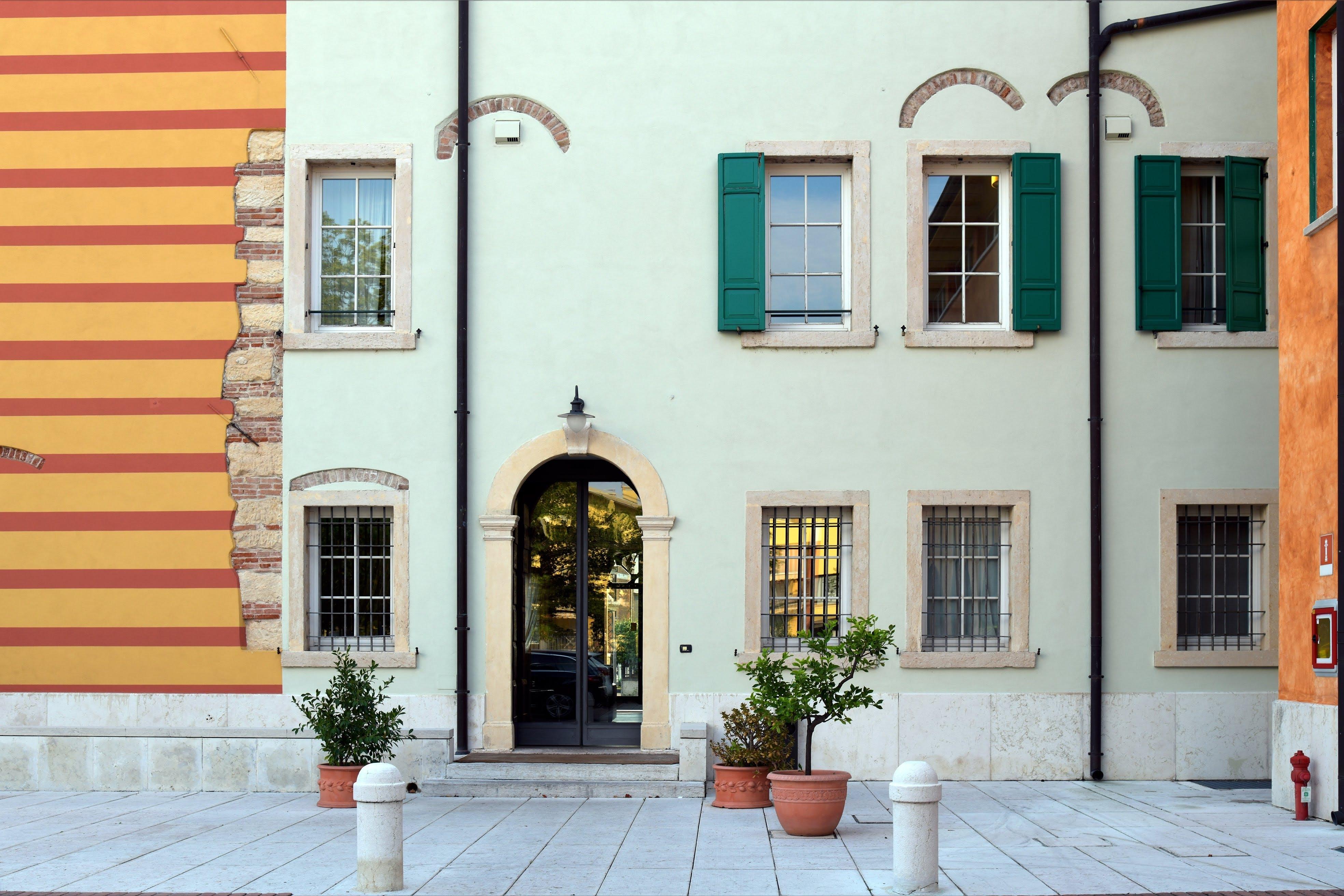 Fotobanka sbezplatnými fotkami na tému architektúra, budova, črepníky, denné svetlo