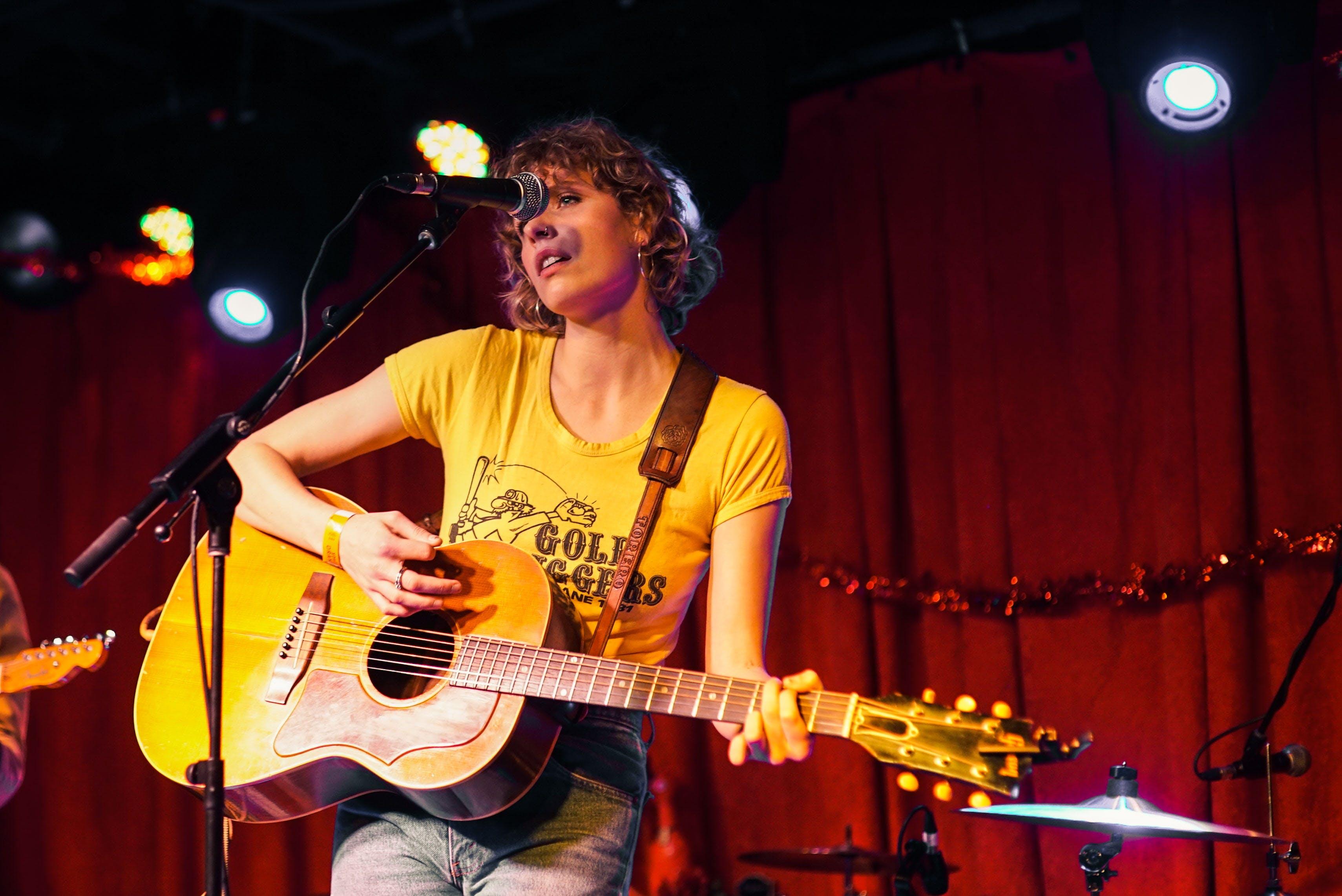 Kostenloses Stock Foto zu akustische gitarre, attraktiv, aufführung, band