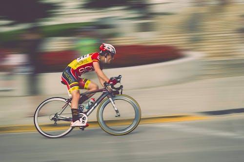 atlet, bisiklet, bisiklet binmek, bisiklet sürmek içeren Ücretsiz stok fotoğraf