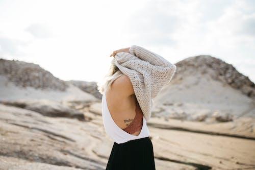 Бесплатное стоковое фото с вязаный свитер, девочка, девушка, женщина