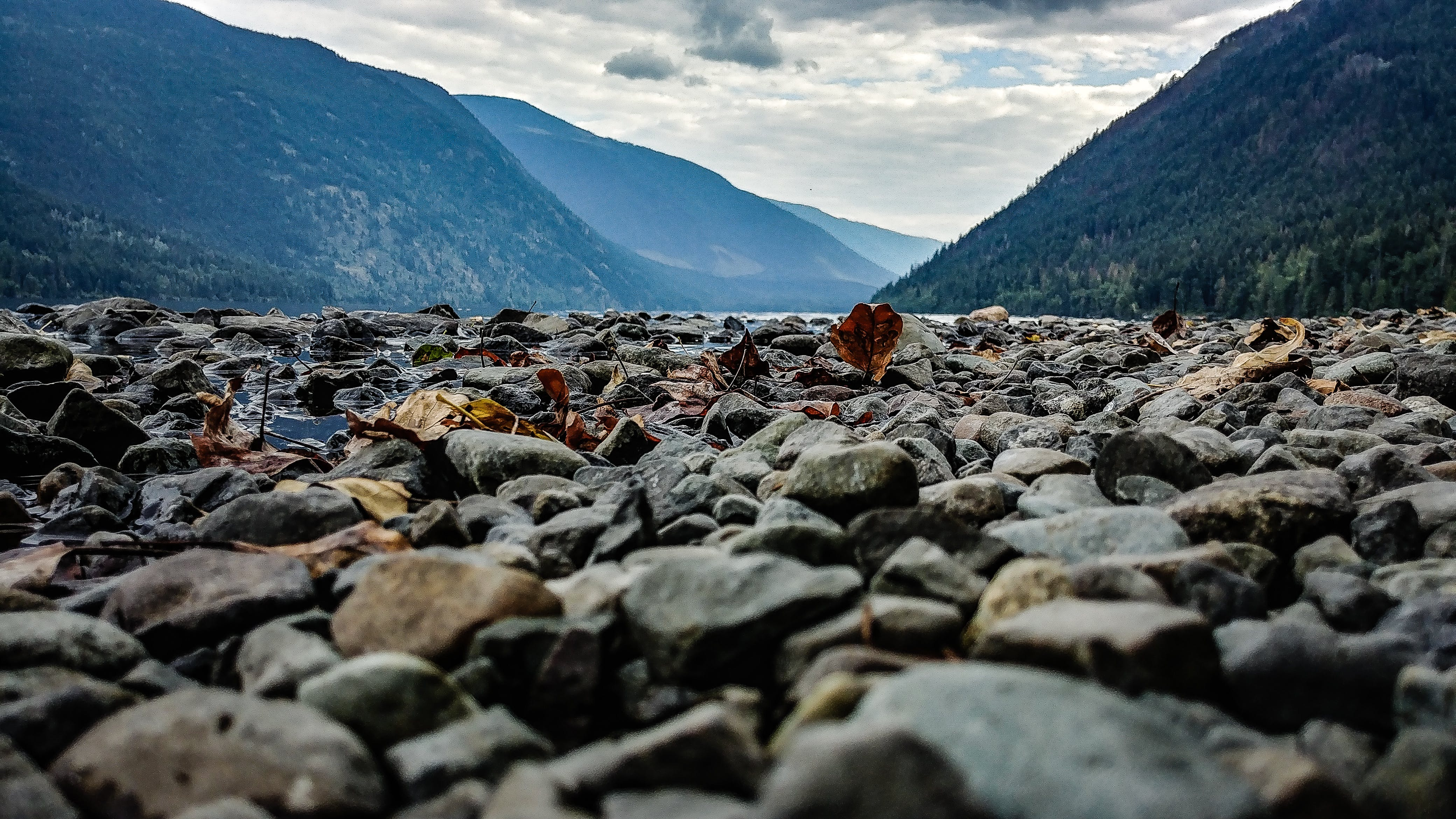 Безкоштовне стокове фото на тему «вода, гори, Денне світло, каміння»