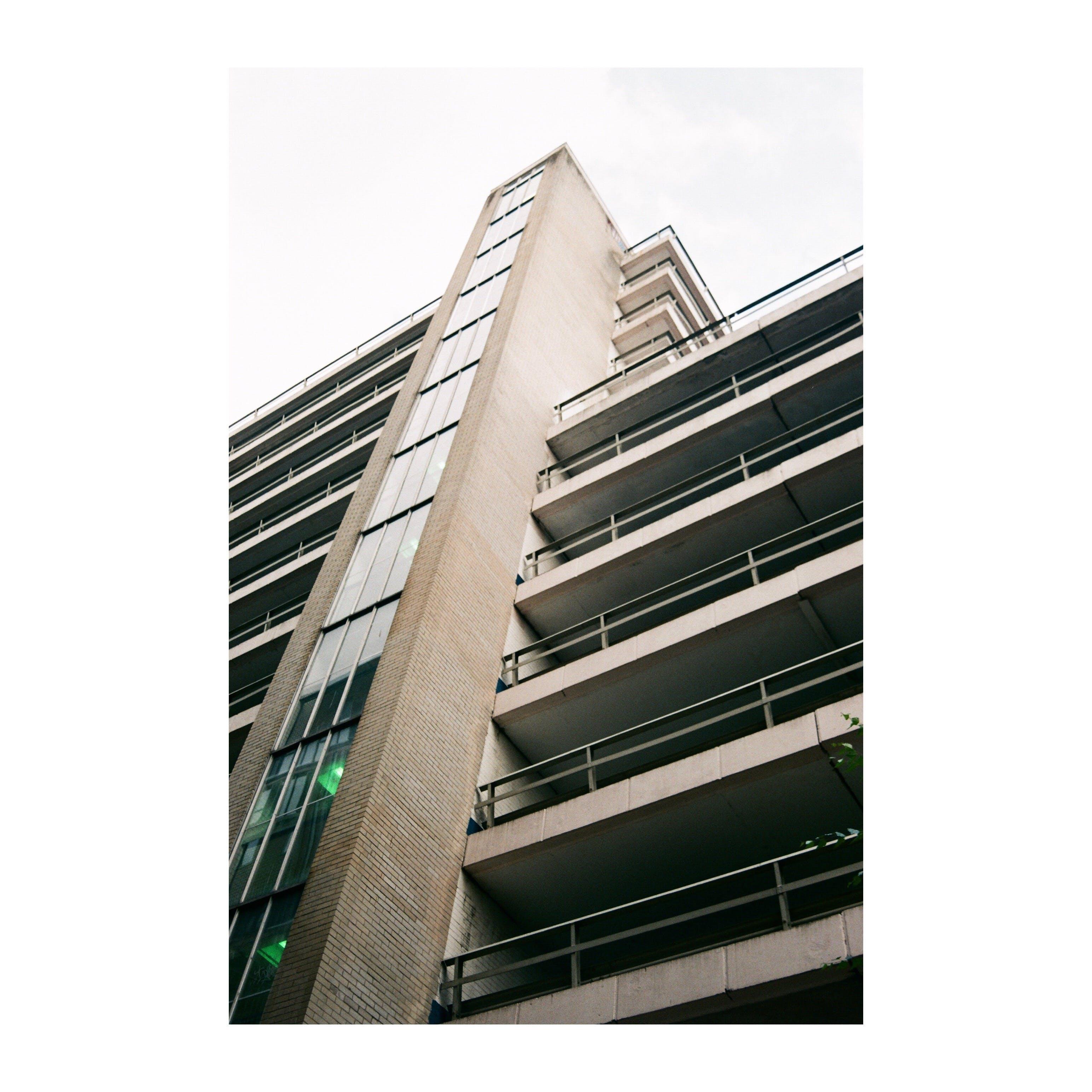 Foto d'estoc gratuïta de 35 mm, aparcament, arquitectura moderna, art de carrer