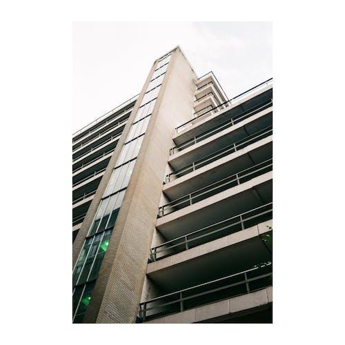 Foto profissional grátis de 28mm, 35 mm, arquitetura moderna, arte de rua