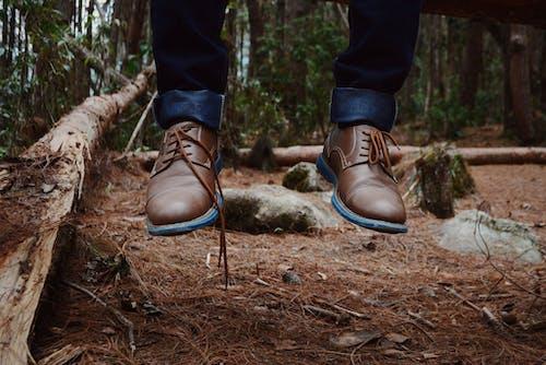 Foto stok gratis alas kaki, hutan, kaki, laki-laki