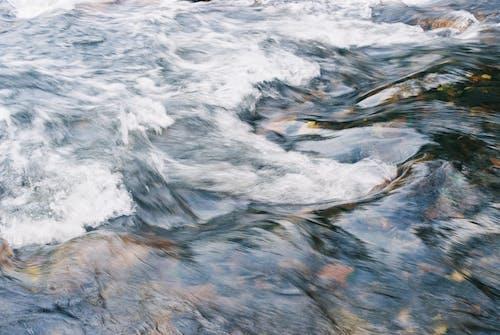 Foto profissional grátis de água, castanho, corrente, onda
