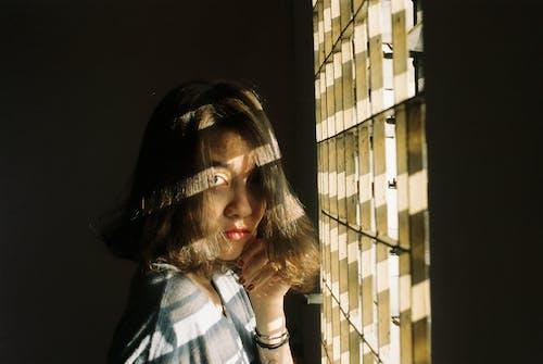 Foto profissional grátis de conhecimento, escuro, feixe, garota