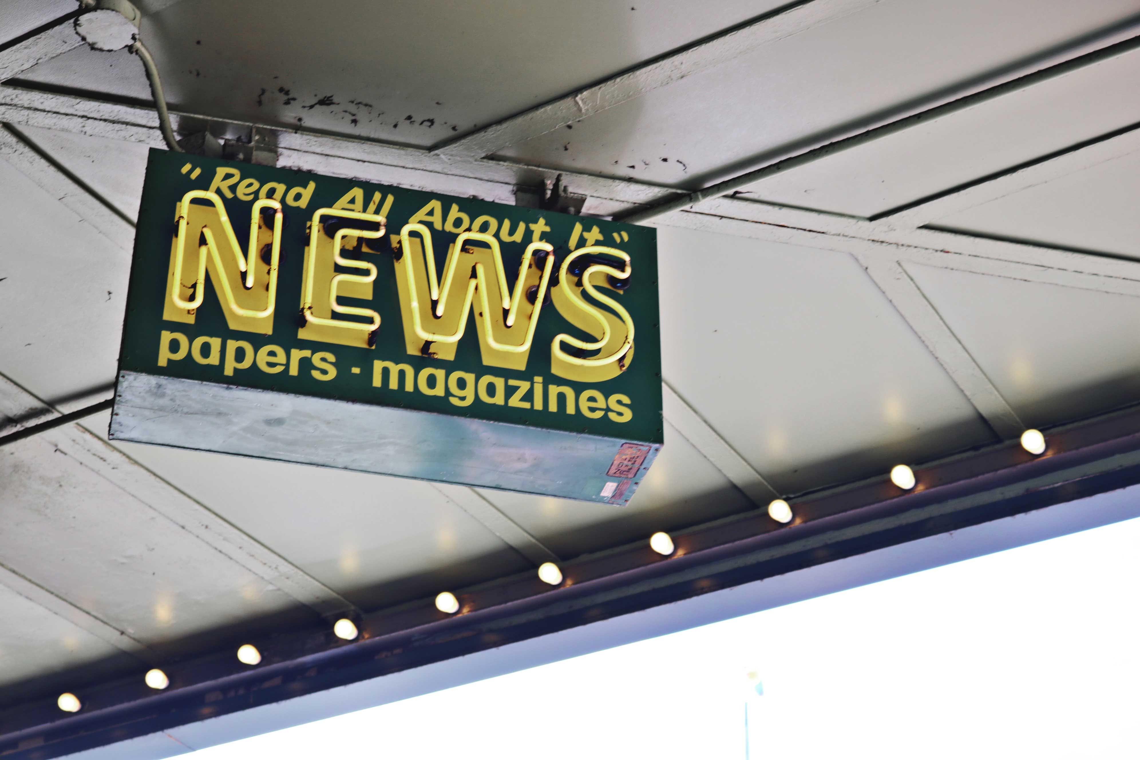 Kostenloses Stock Foto zu drücken sie, medien, nachrichten, neonschild