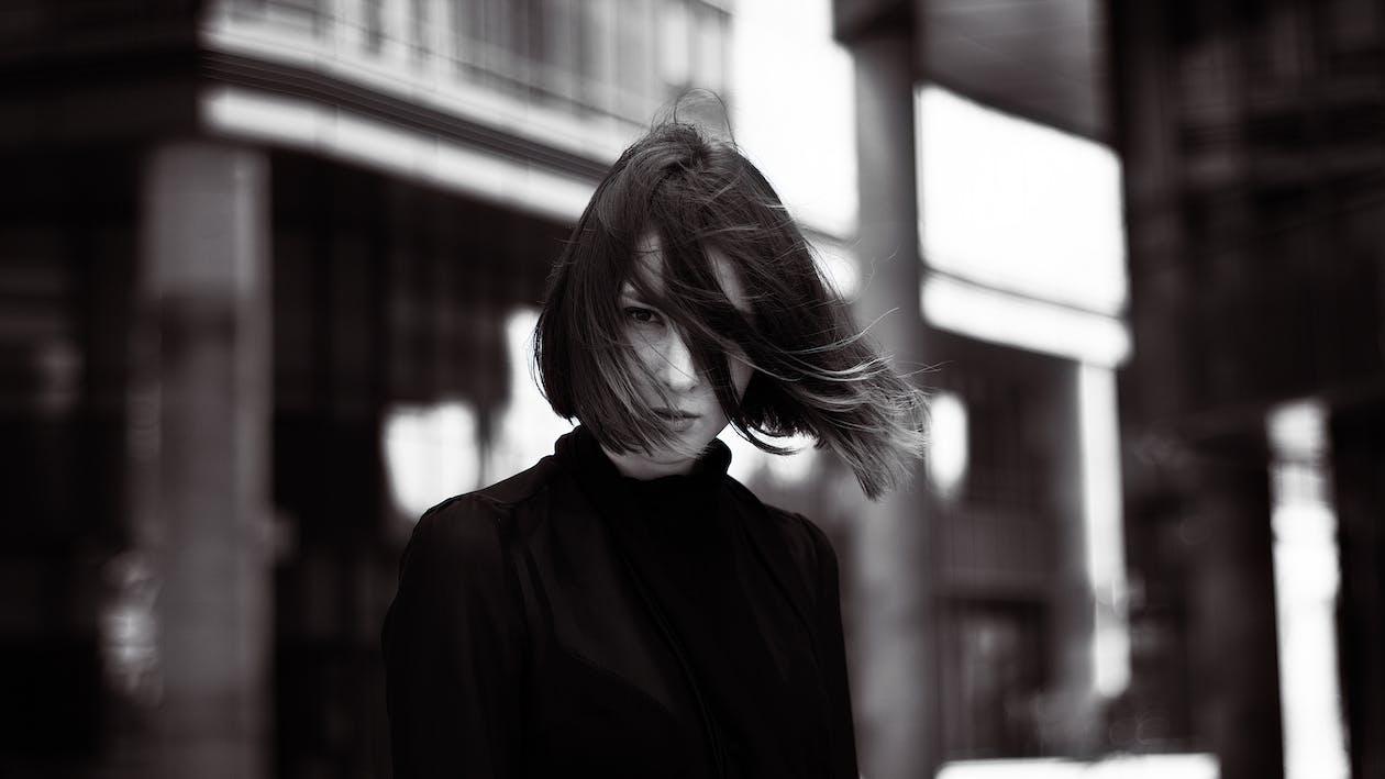 Kostnadsfri bild av blåsigt, flicka, kvinna