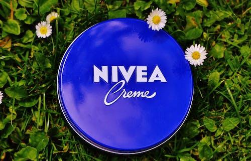 Безкоштовне стокове фото на тему «nivea, догляд за шкірою, зволожувач, квіти»