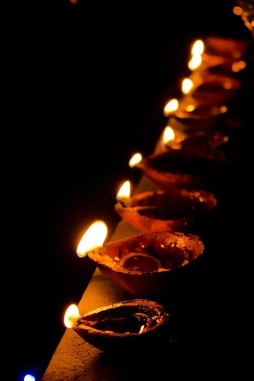 Gratis stockfoto met brandende kaarsen, licht festival, nachtlampen