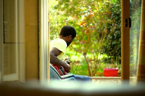 Kostenloses Stock Foto zu beste freunde, guitare, spielen