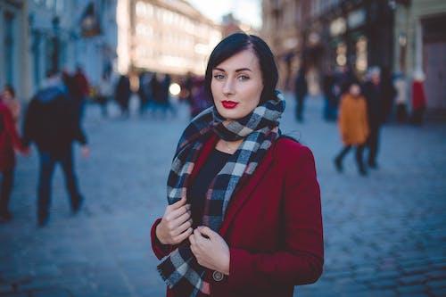Foto profissional grátis de cachecol, desgaste, fundo borrado, garota