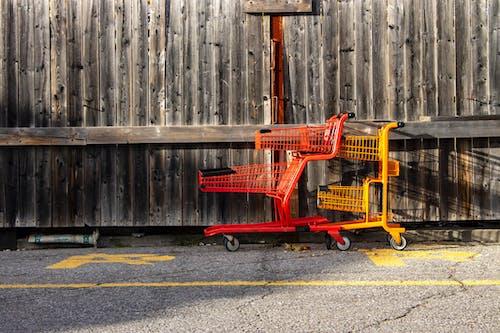 Foto profissional grátis de aço, amarelo, carrinho de empurrar, casa