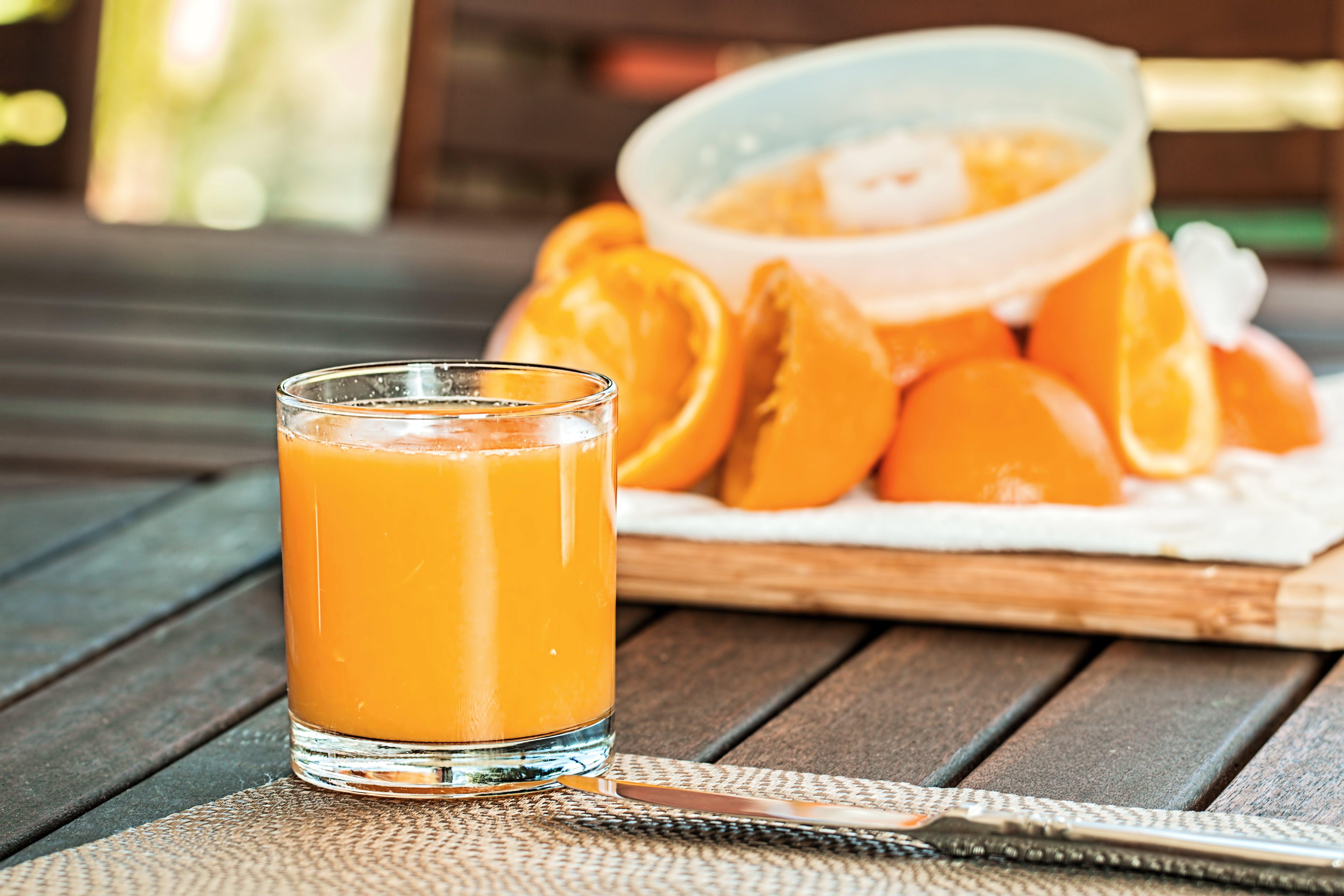 Kostenloses Stock Foto zu getränk, tisch, orangensaft, orangen