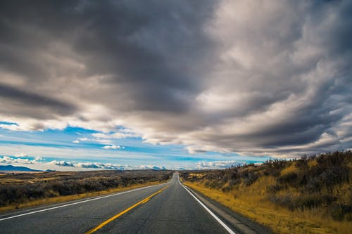 asfalt, bakış açısı, boş, bulutlar içeren Ücretsiz stok fotoğraf