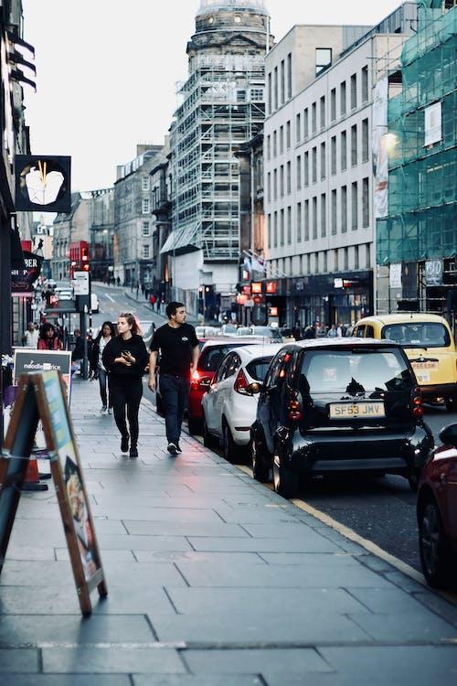 Darmowe zdjęcie z galerii z budynki, chodnik, ludzie, miasto
