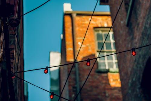 Ilmainen kuvapankkikuva tunnisteilla arkkitehtuuri, johdot, katu, lamput