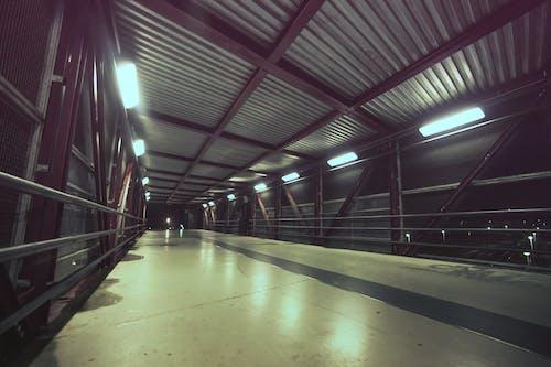 Darmowe zdjęcie z galerii z kładka, miejski, noc, tunel