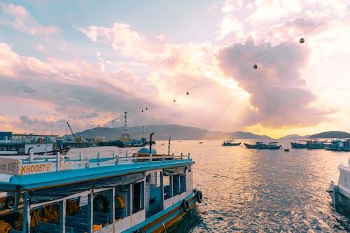 Бесплатное стоковое фото с лодки, море, облака, океан