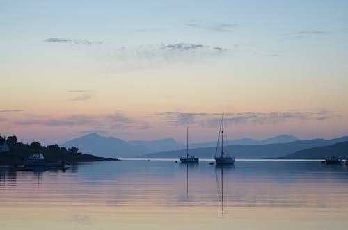 Δωρεάν στοκ φωτογραφιών με ακτή, αυγή, βάρκες, βουνά