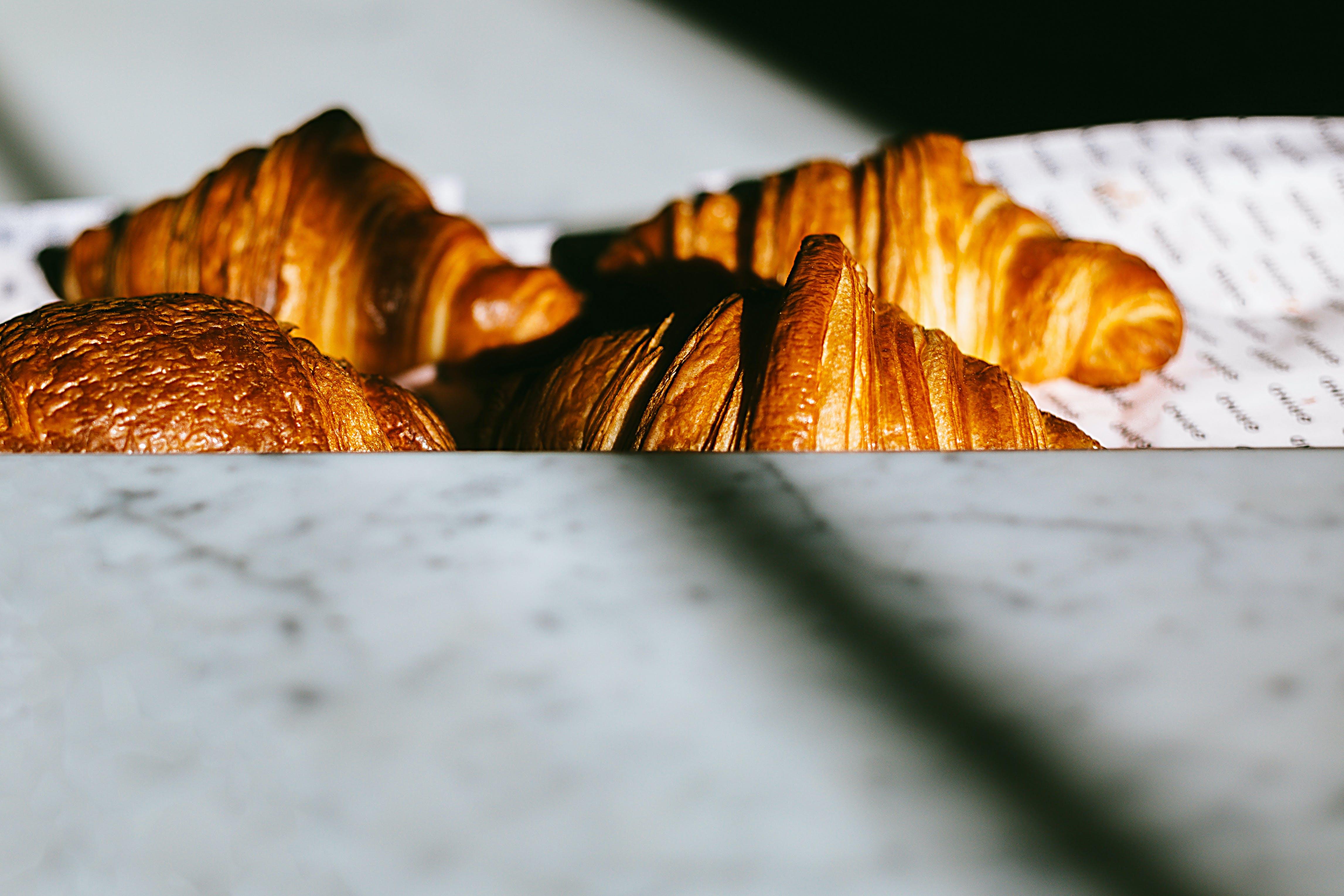 Foto stok gratis croissant, gulungan, hidangan, kue-kue