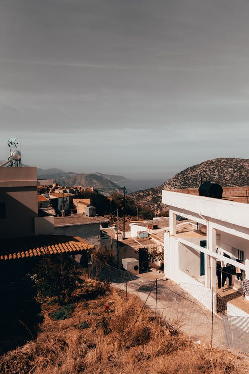 Безкоштовне стокове фото на тему «архітектура, Будинки, гори, Денне світло»